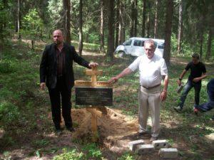 Sergei-Rumjantsev-ja-Henn-Latt-09.06.2011-Mälestusristi-panemas-Burasevos